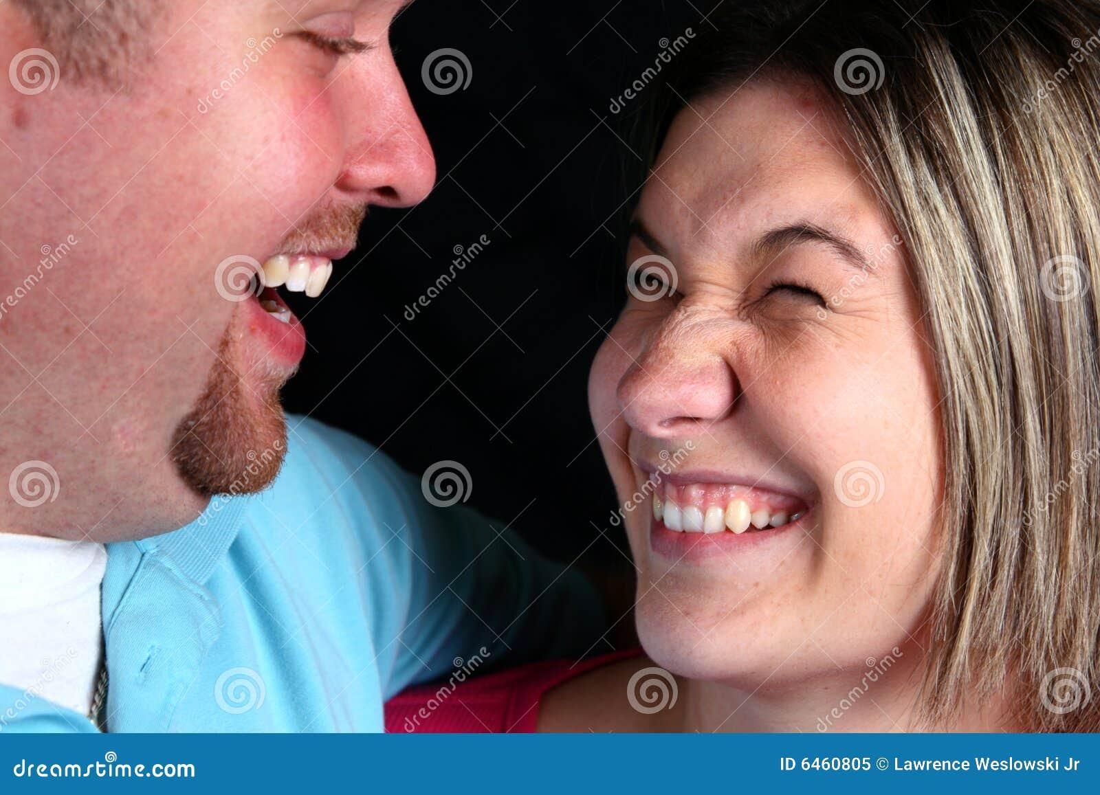 Para śmieje się