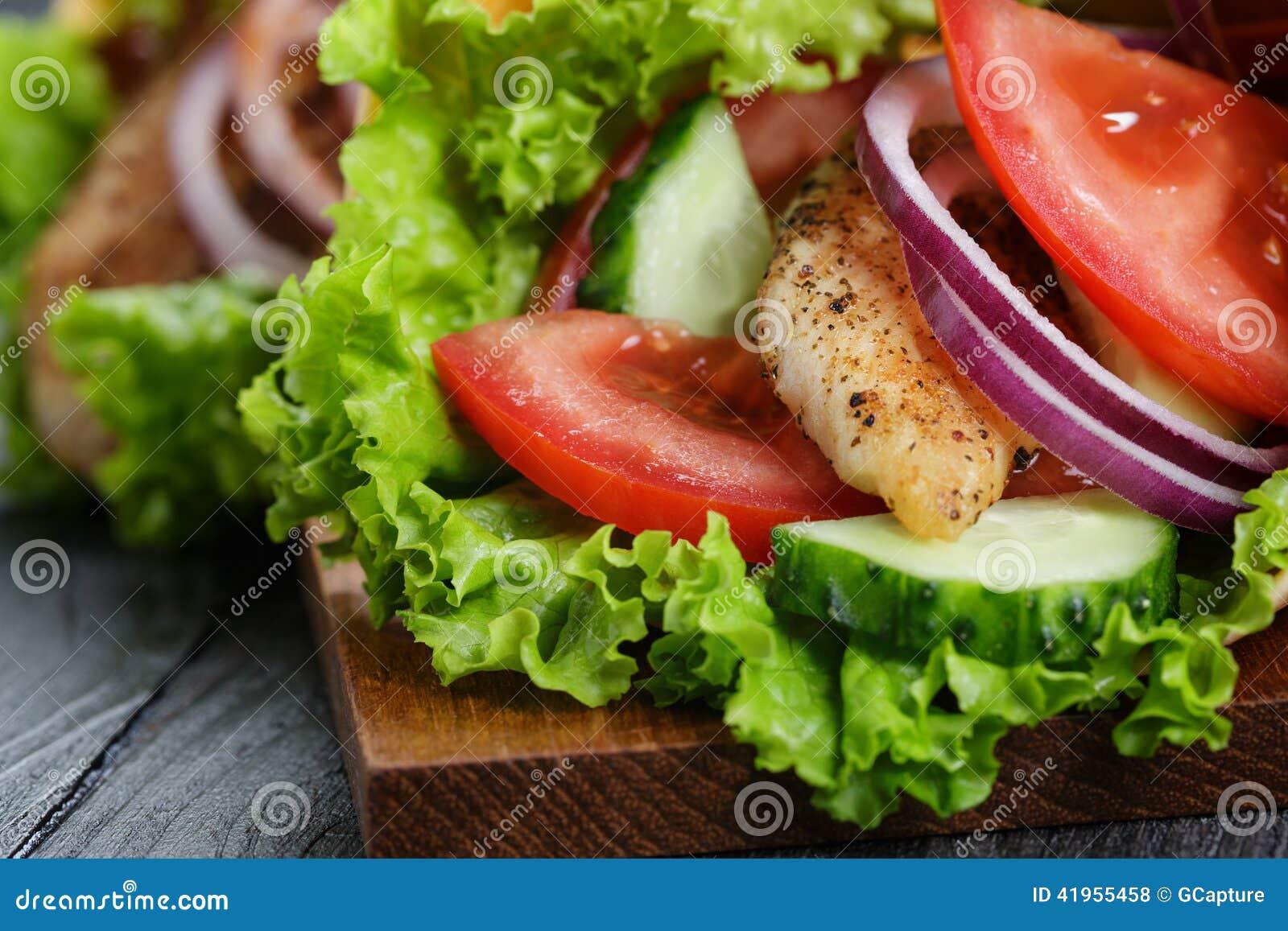Para świeży soczysty opakunek ściska z kurczakiem i warzywami
