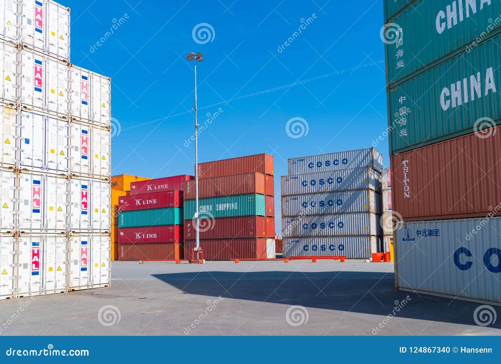 Para arriba llenados contenedores para mercancías