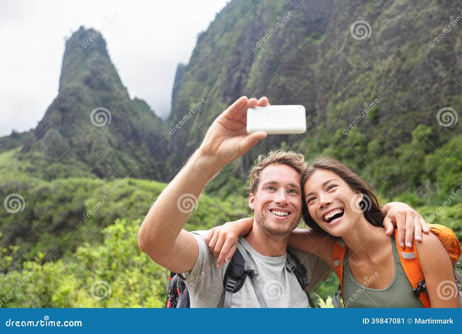 Para bierze selfie z smartphone wycieczkuje Hawaje