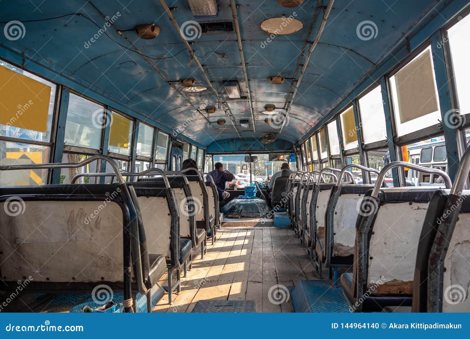 Para dentro do ônibus asiático com lugares vazios