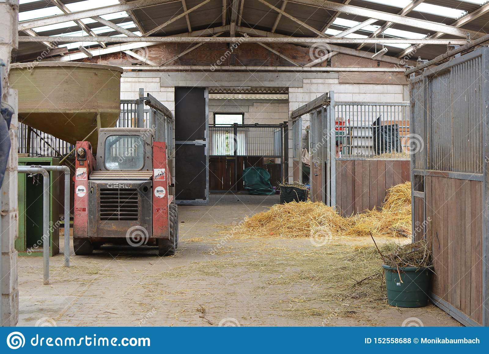 Para dentro do estábulo animal com tendas e do feno para animais de alimentação