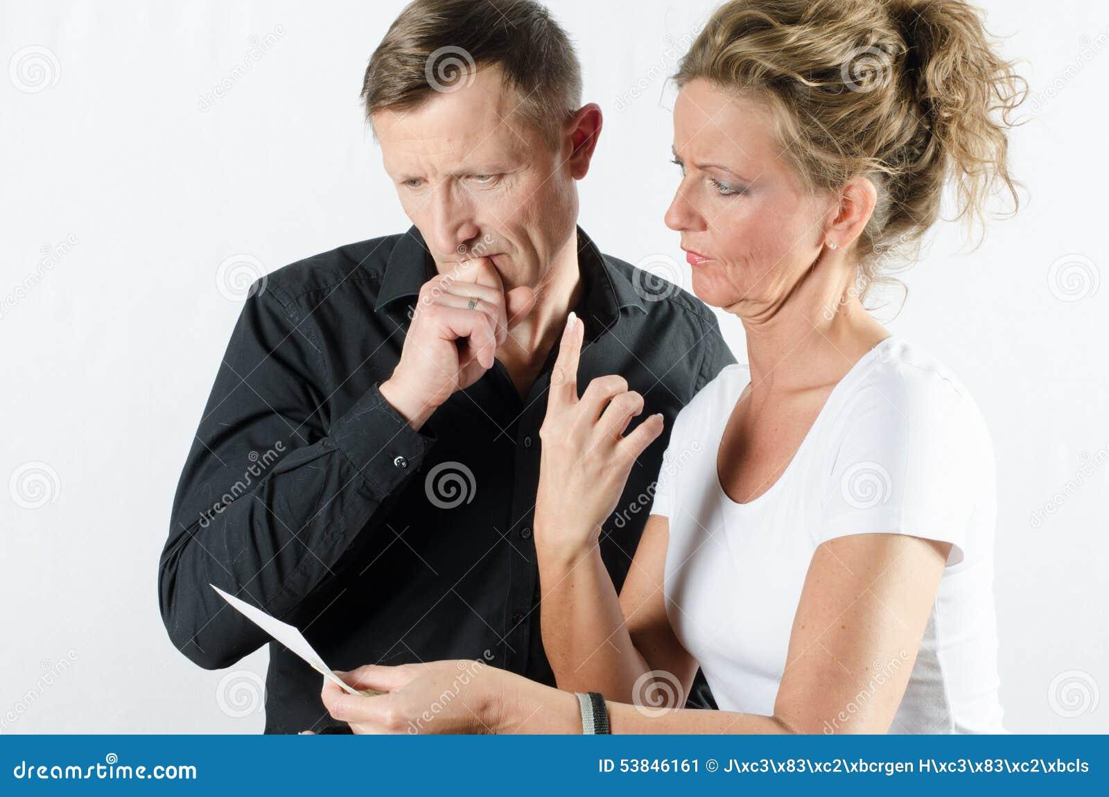 Para dyskutuje o pieniądze na rachunku