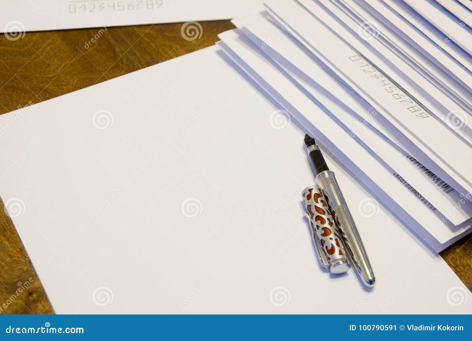 Para escrever uma letra no papel Uma pilha de letras nos envelopes de papel