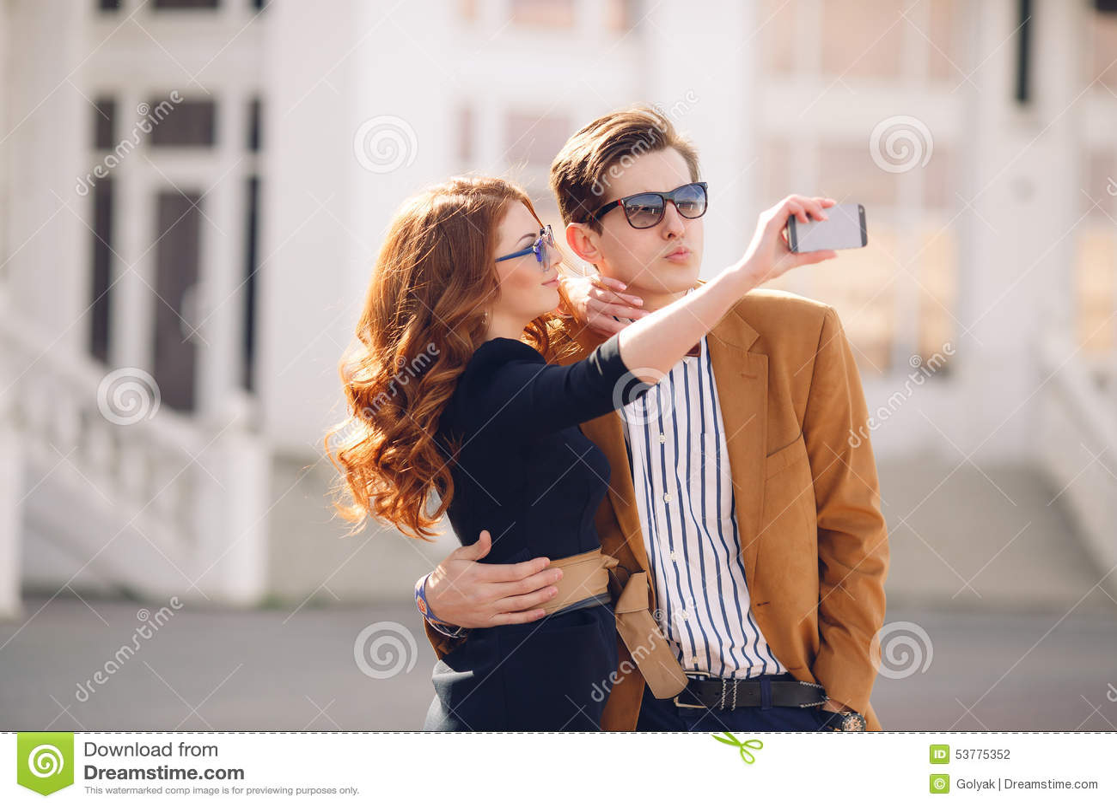 Para fotografuje z smartphone w mieście