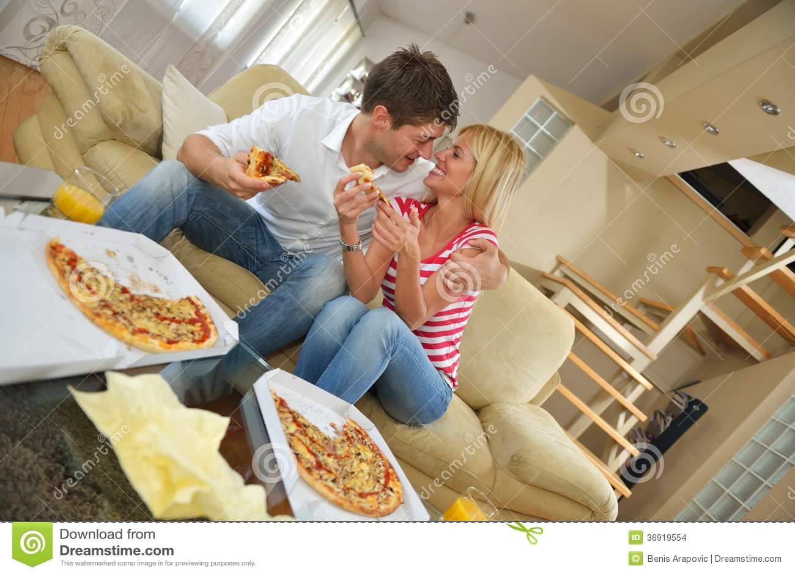 Para je pizzę w domu