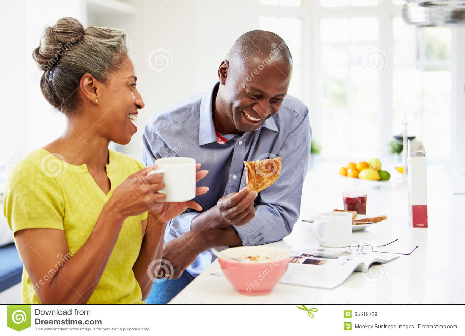 Para Ma śniadanie I Czytelniczego magazyn W kuchni