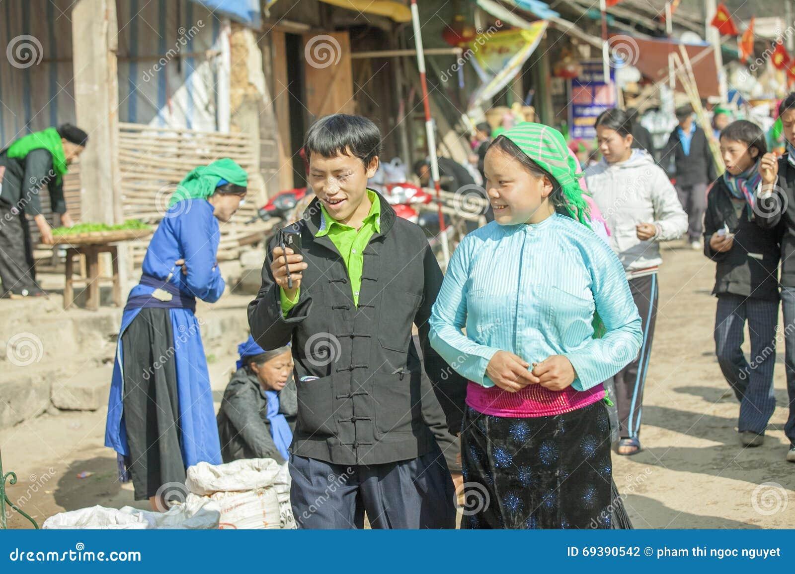 Para mniejszość etniczna, przy starym Dong Van rynkiem