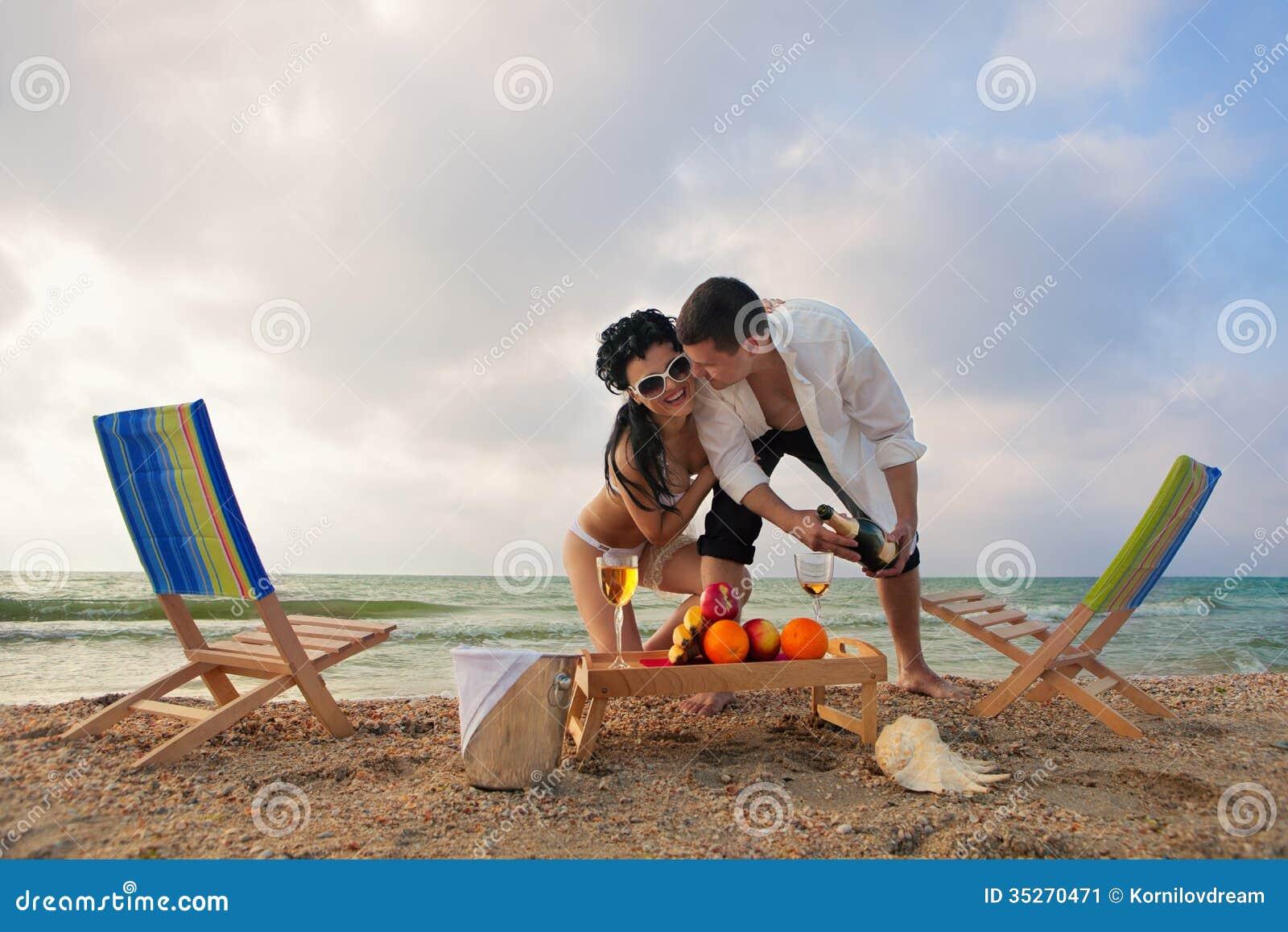 Para odpoczywa na plaży
