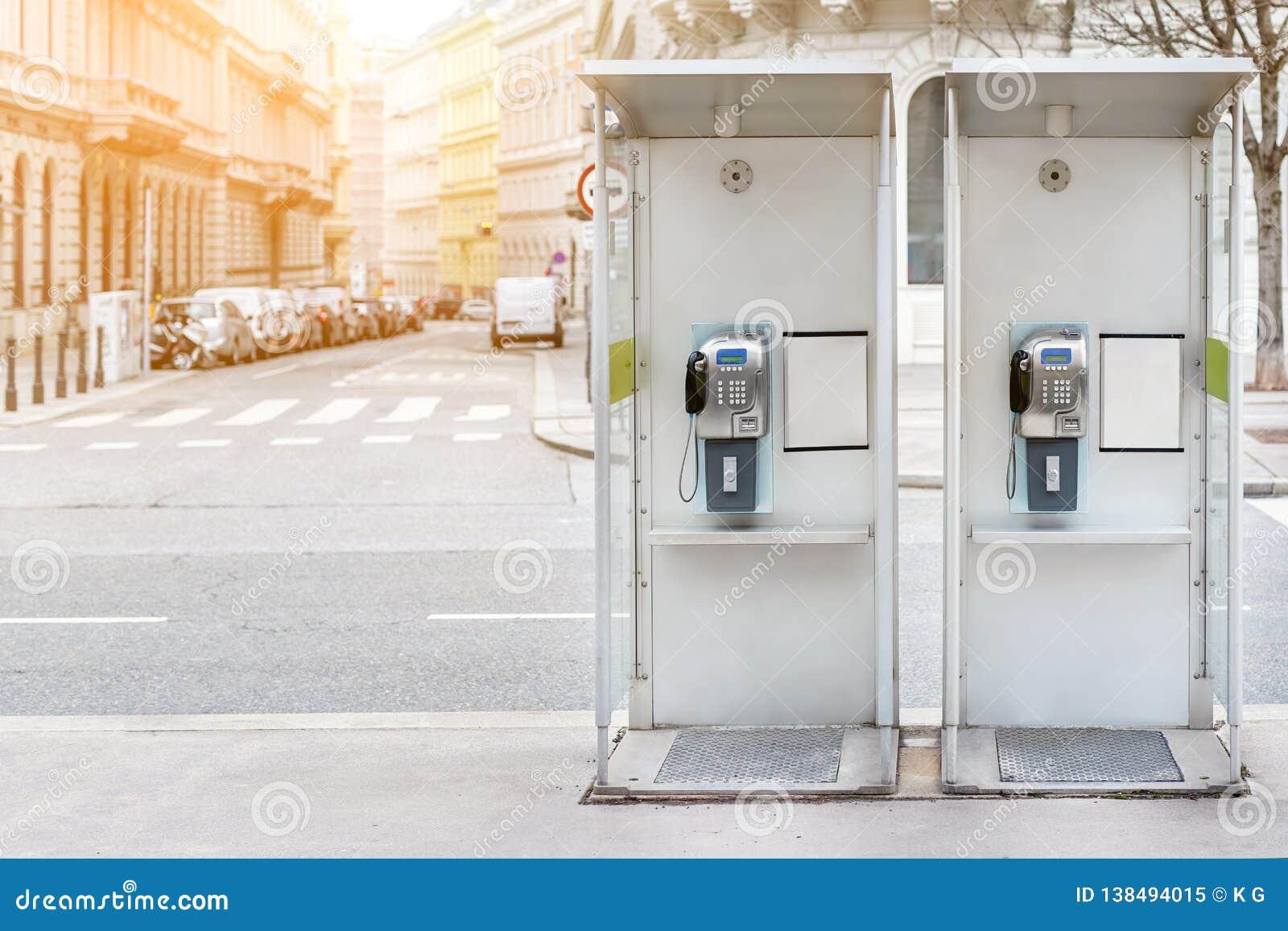 Para payphone budka w Wiedeń centrum ulicie Dwa nowożytnego jawnego telefonu na europejskiej miasto ulicie Copyspace