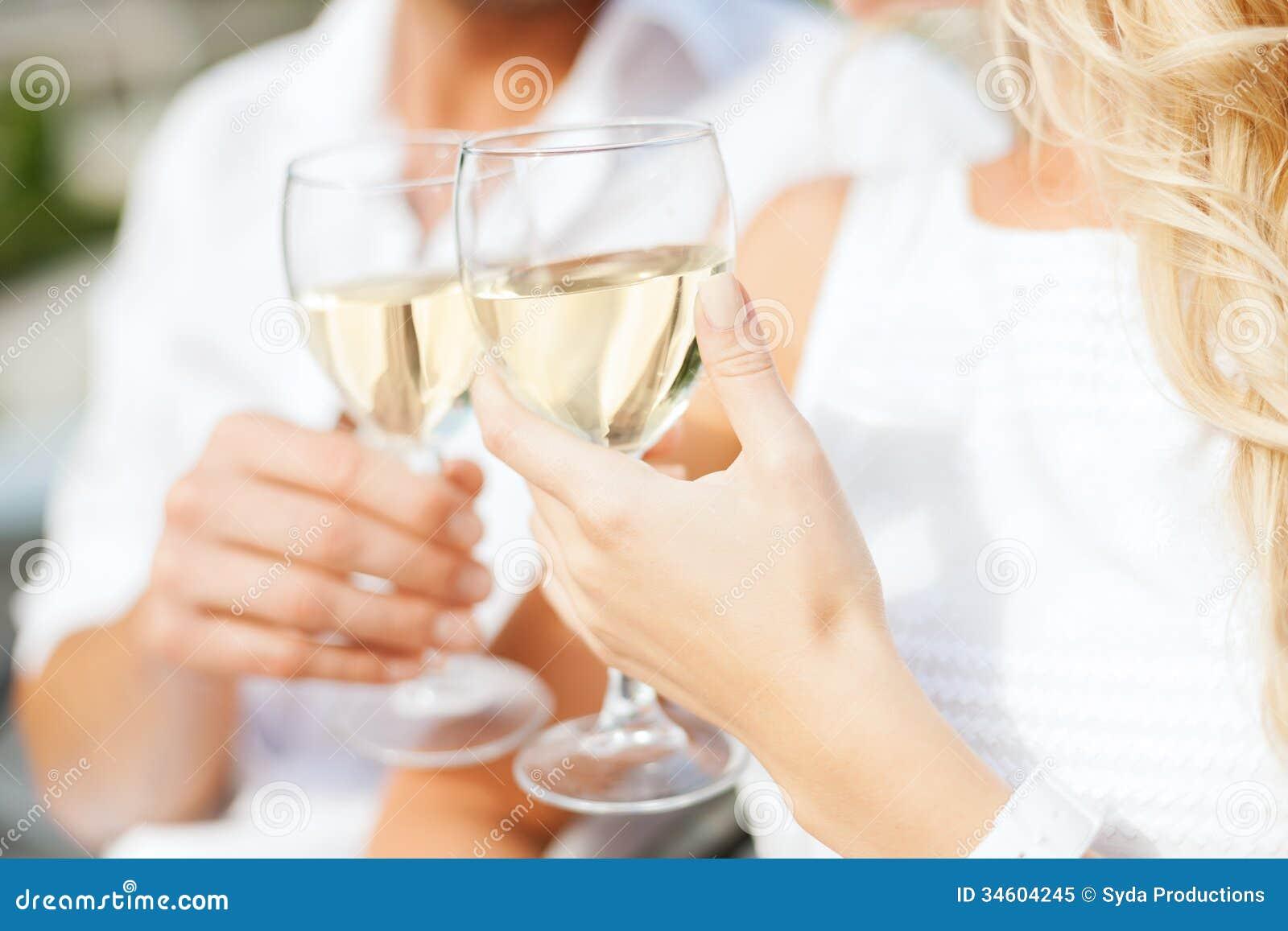 Para pije wino w kawiarni