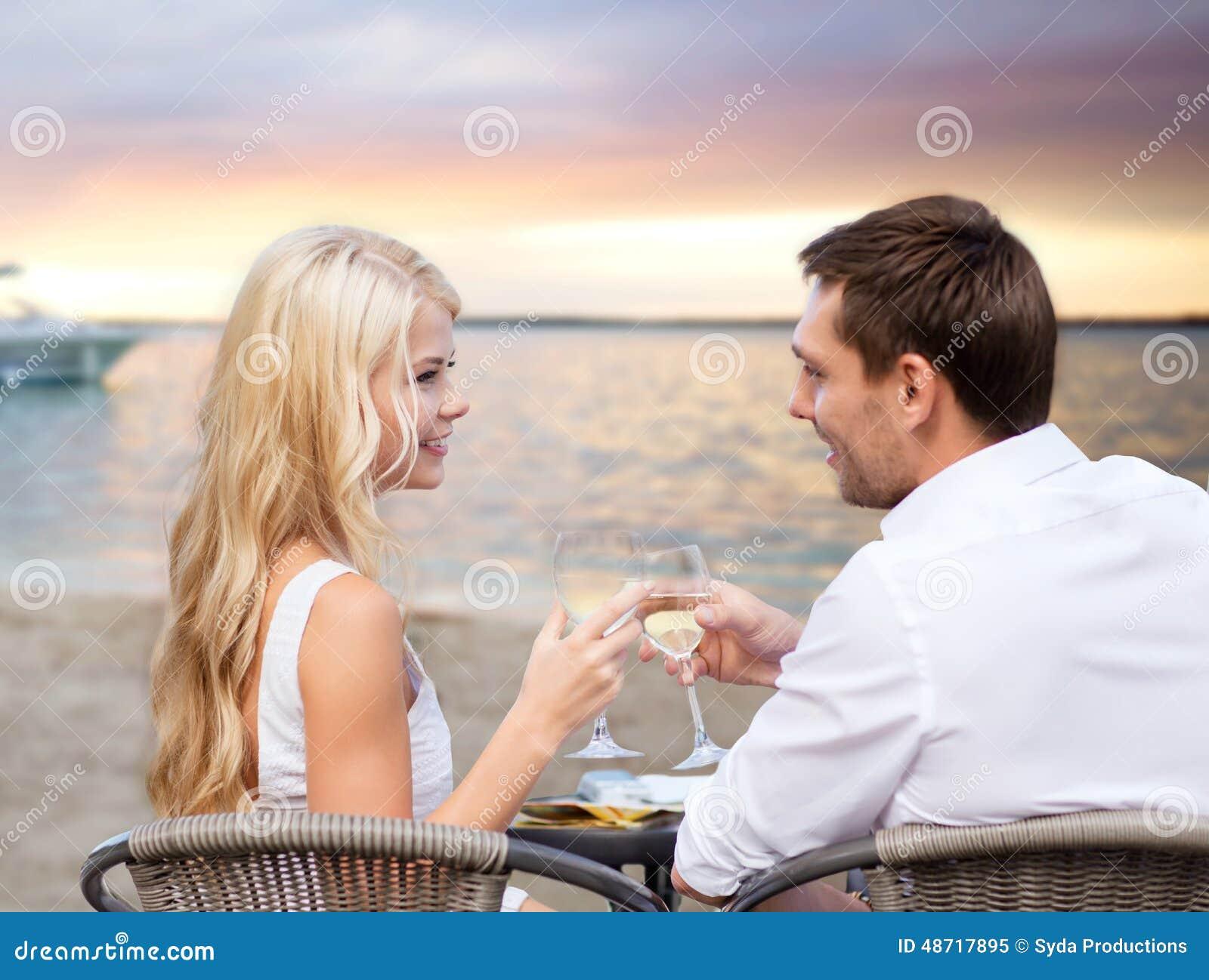 Para pije wino w kawiarni na plaży