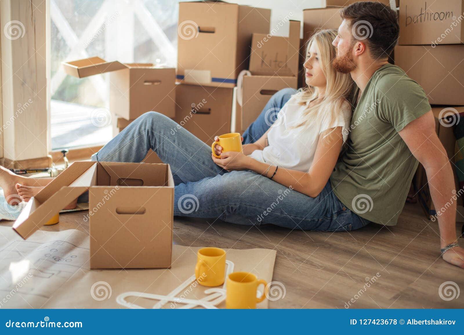 Para rusza się nowego dom Szczęśliwi ludzie kupują nowego mieszkanie