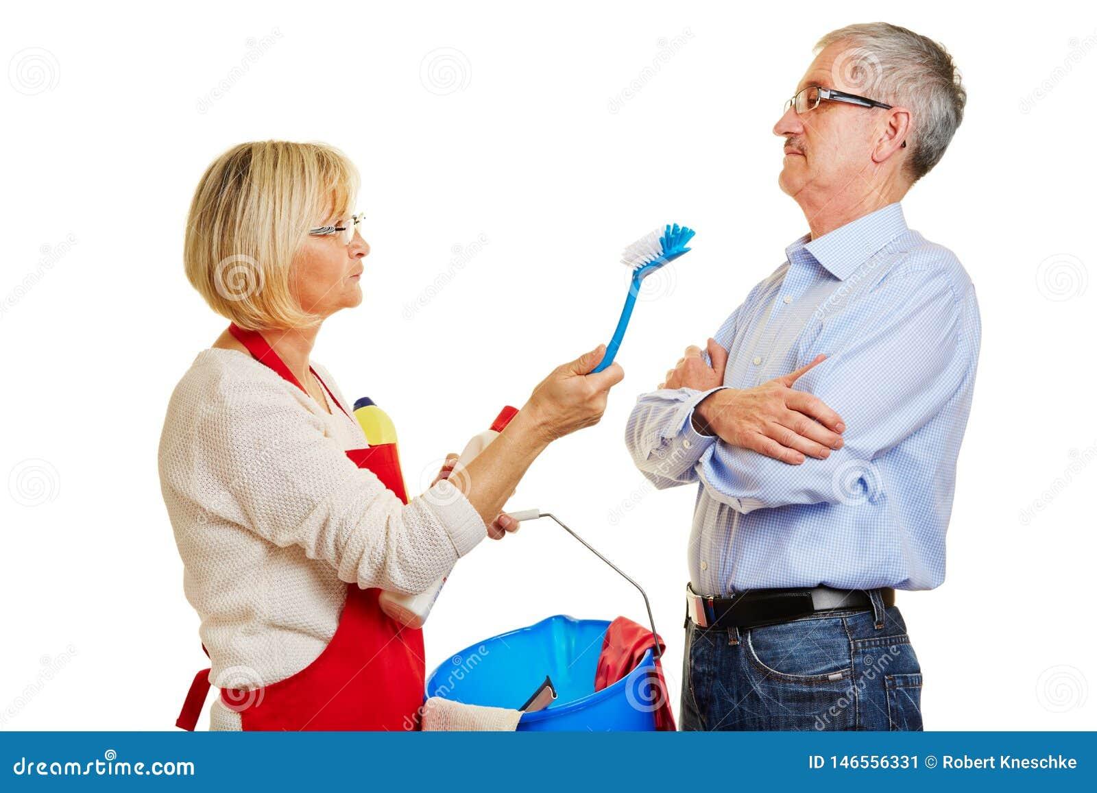 Para seniory kłóci się nad sprzątaniem