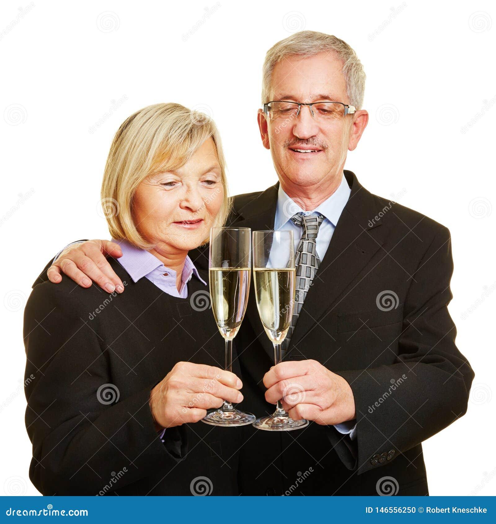 Para seniory zaczyna daleko z szkłem iskrzasty wino