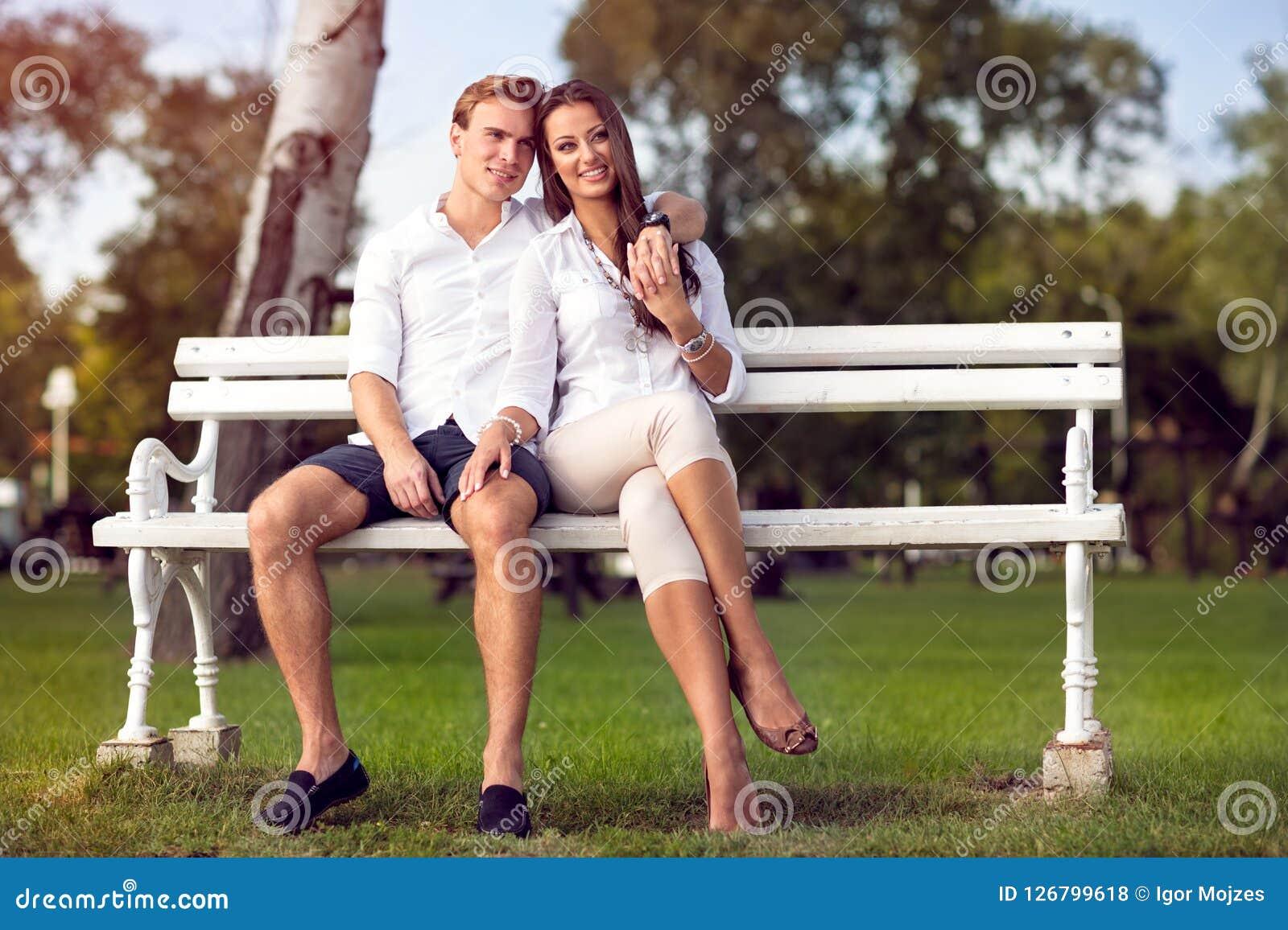 Para siedzi wpólnie na parkowej ławki jesieni