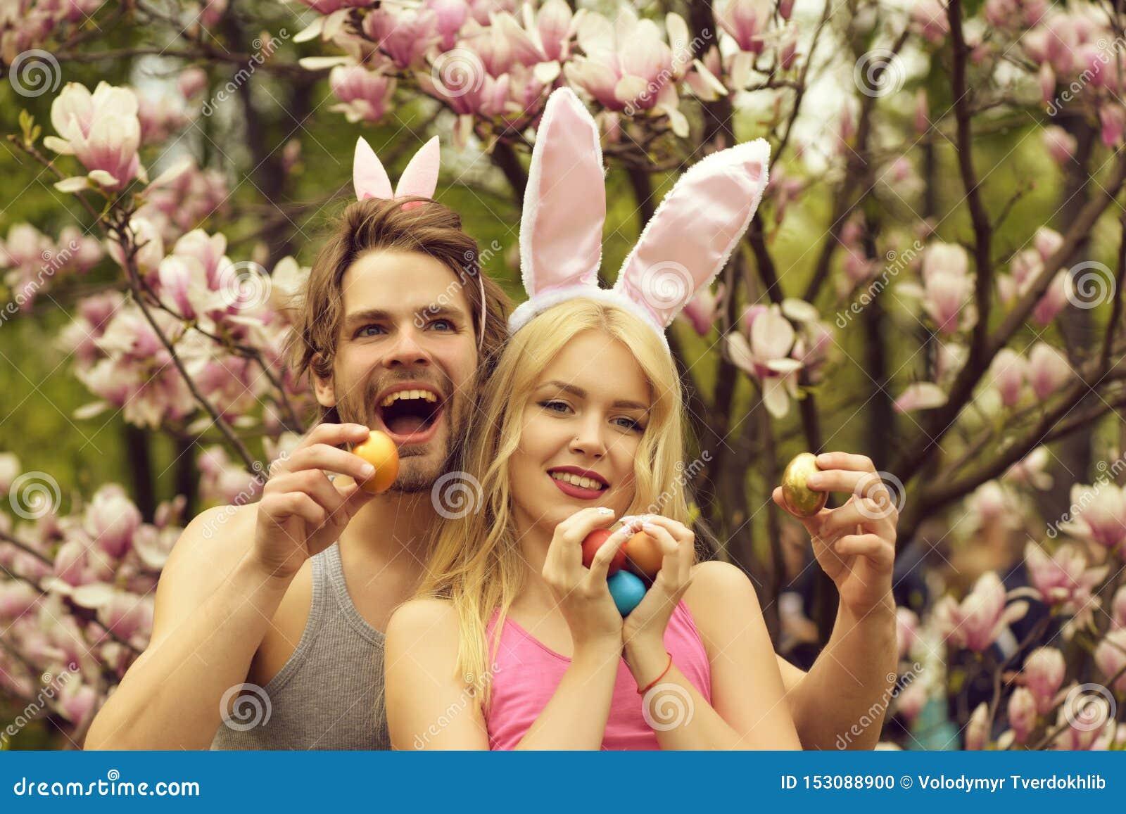 Para szczęśliwy mężczyzna i dziewczyna, Easter przyjaciele z jajkami