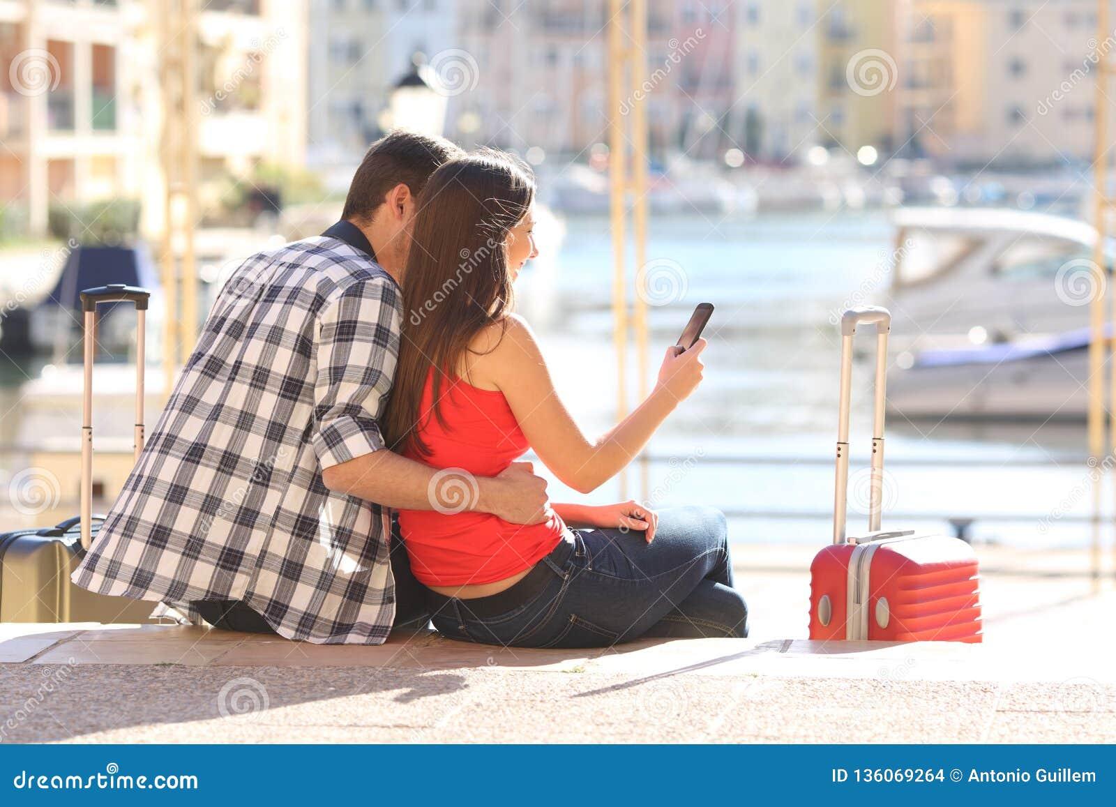 Para turyści sprawdza telefon komórkowego na wakacje