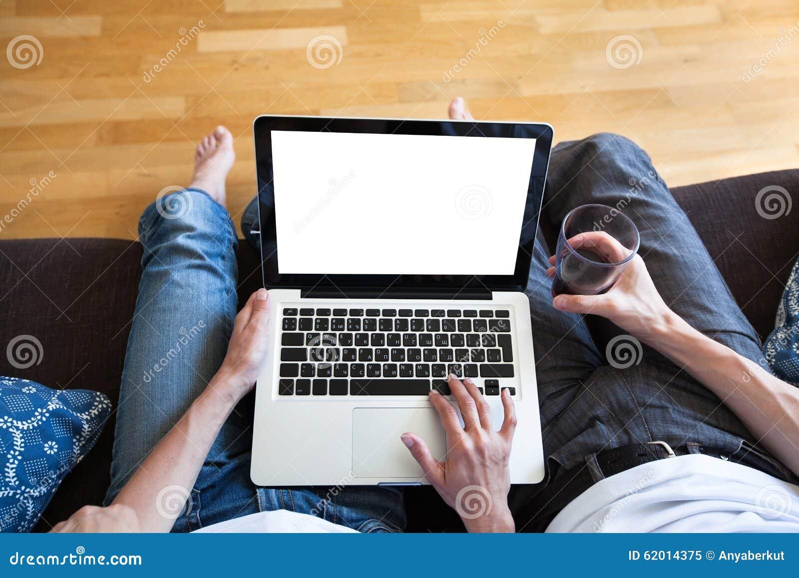 Para używa komputer z pustym ekranem