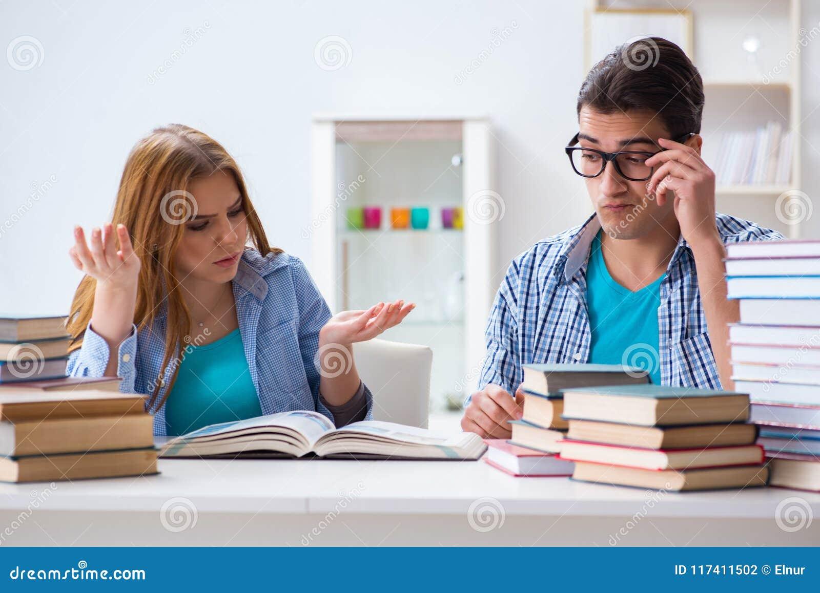 Para ucznie studiuje dla uniwersyteckich egzaminów