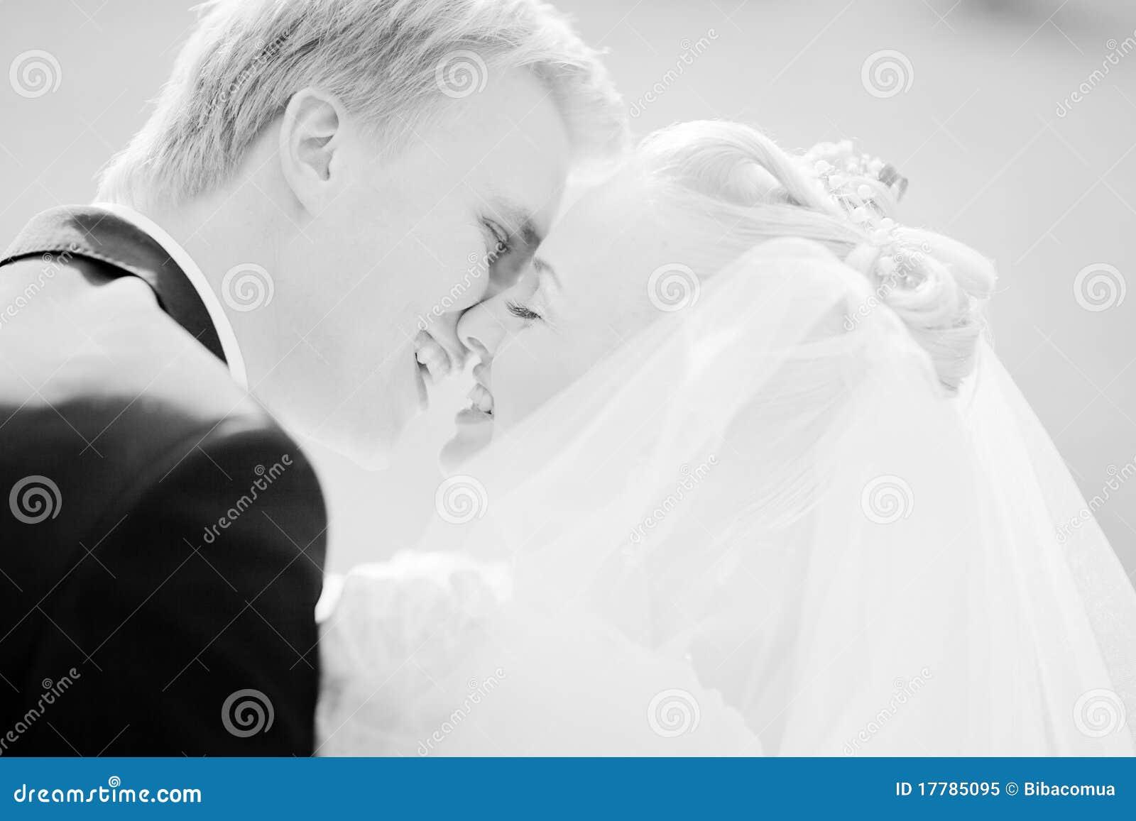 Para właśnie poślubiająca
