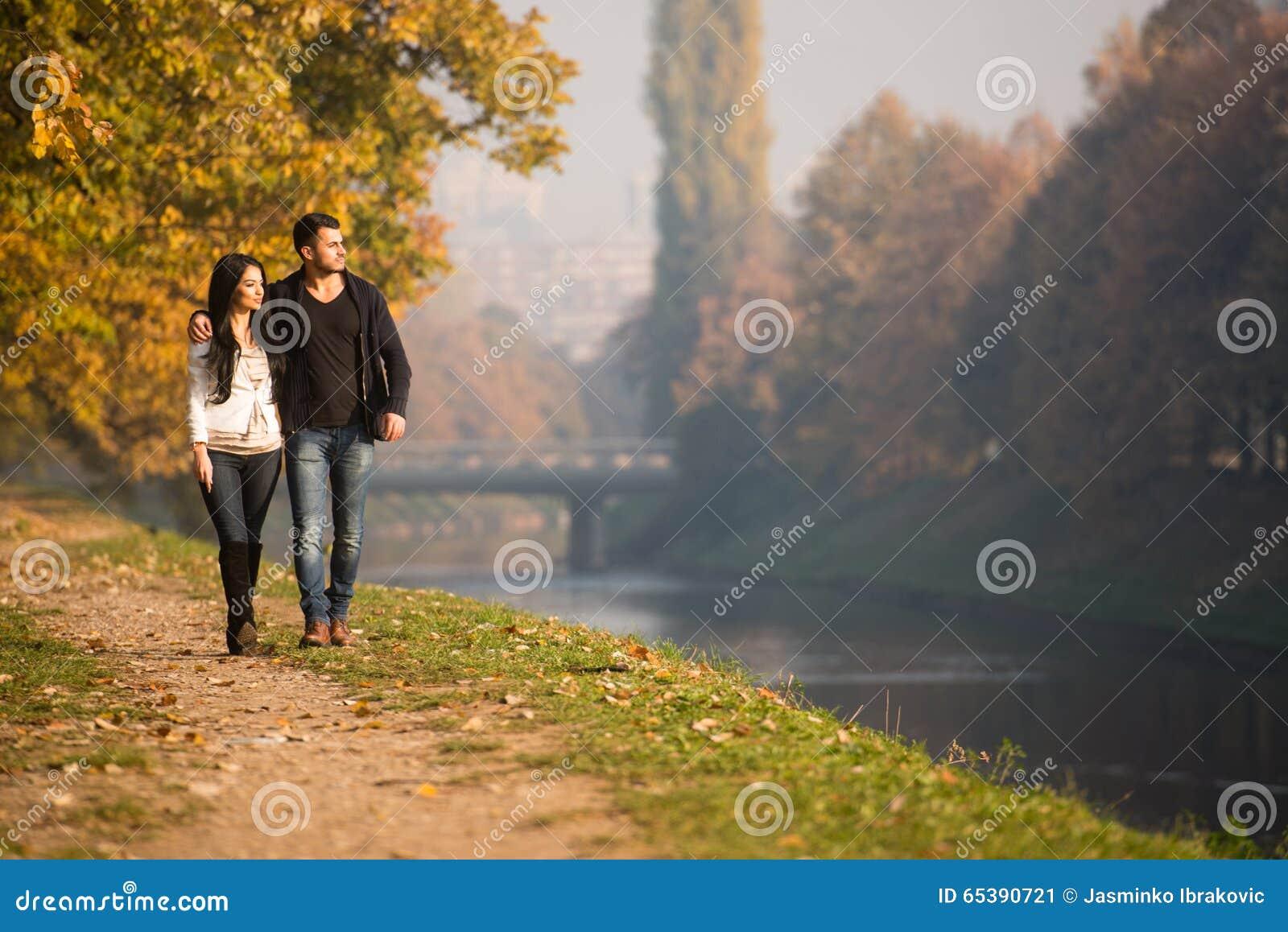Para w jesień parku