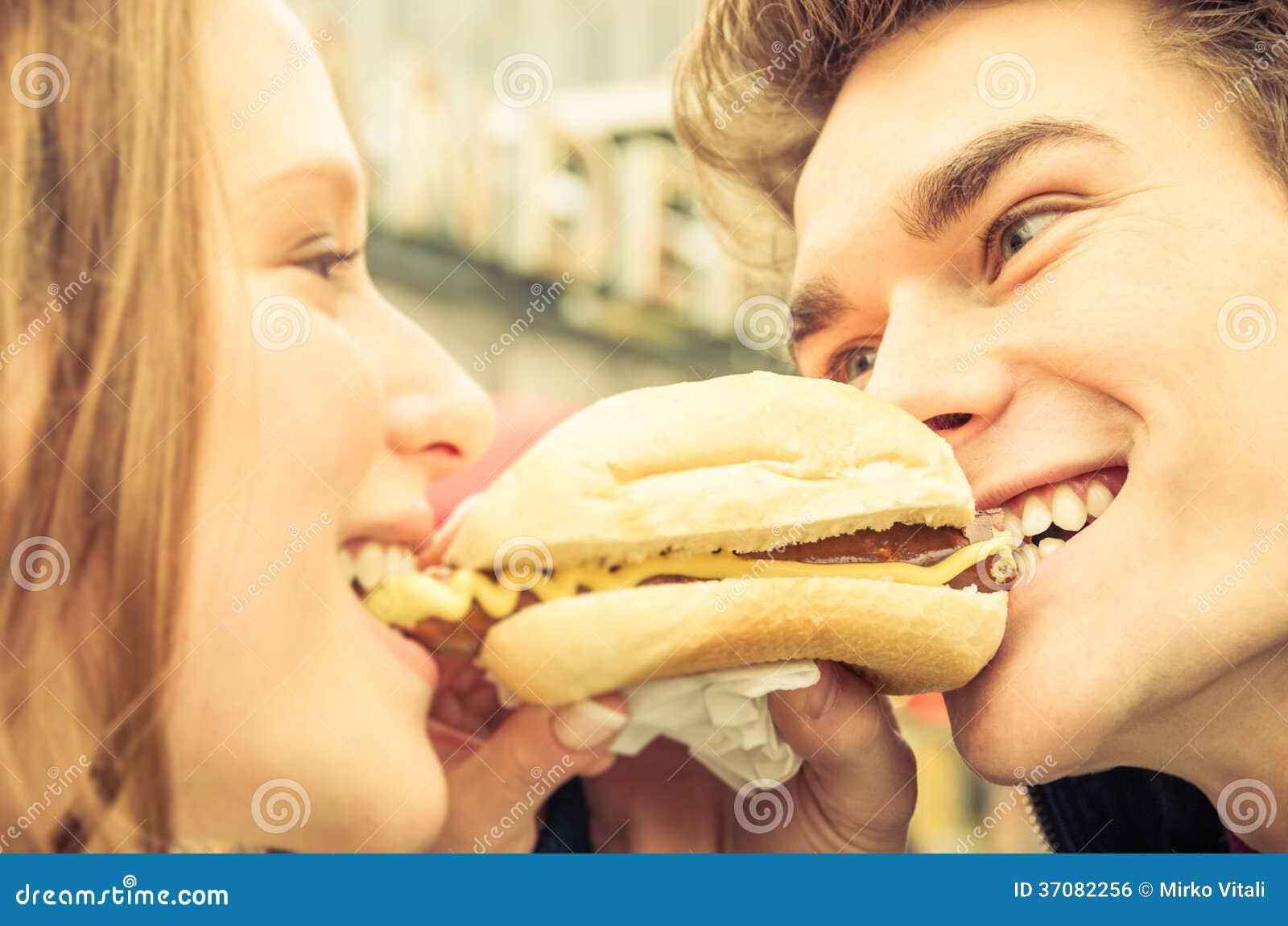 Download Para W Miłości Dzieli Hot Dog Zdjęcie Stock - Obraz złożonej z para, hamburger: 37082256