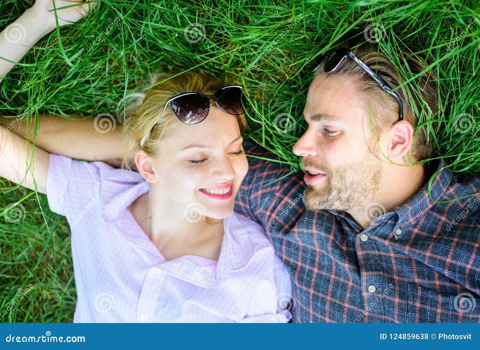 Para w miłości jednoczącej z naturą Natura wypełnia one z świeżością i inspiracją Faceta i dziewczyny szczęśliwy beztroski cieszy