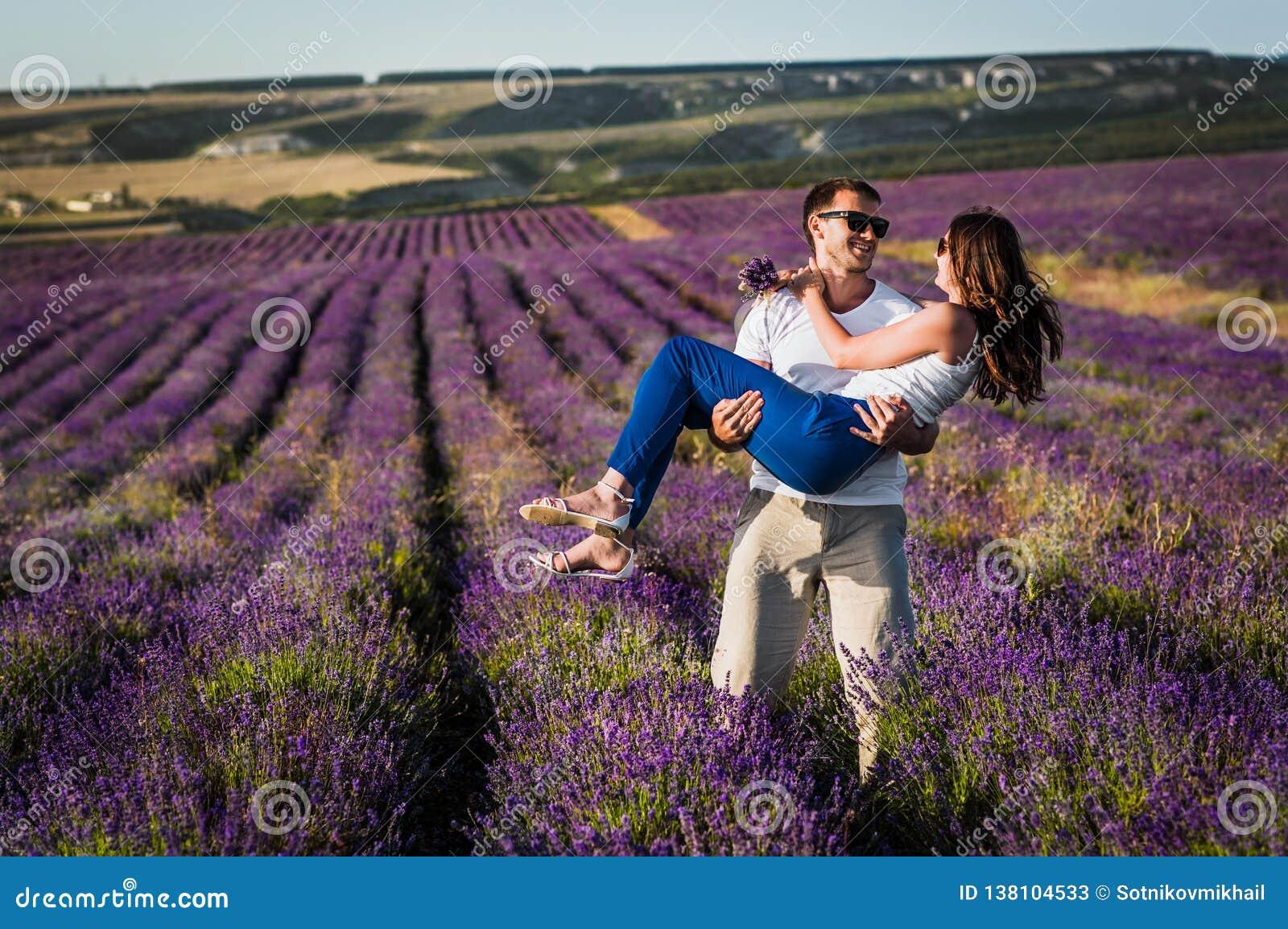 Para w miłości na lawendowych polach Chłopiec i dziewczyna w kwiatów polach