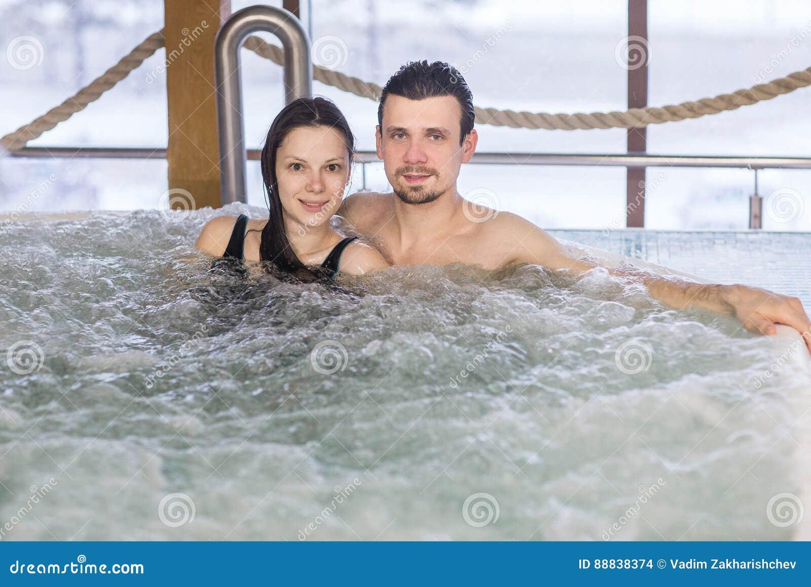 Para w miłości relaksuje w skąpaniu