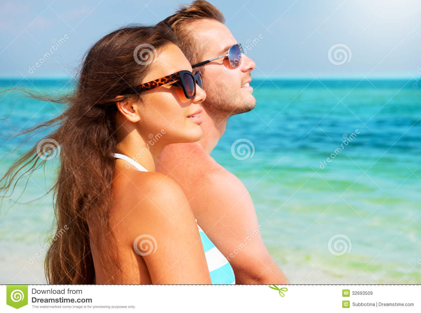 Para w okularach przeciwsłonecznych na plaży