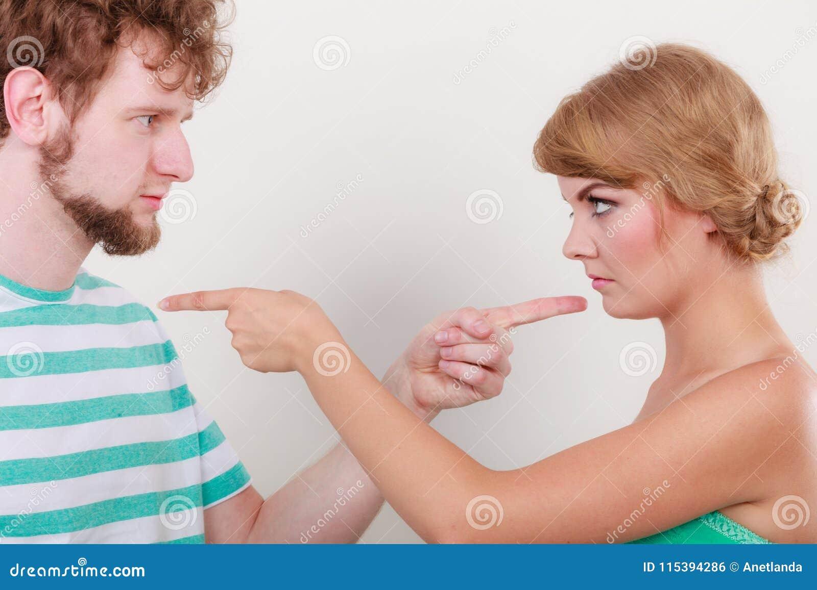 Para wskazuje palce przy each inny, konflikt