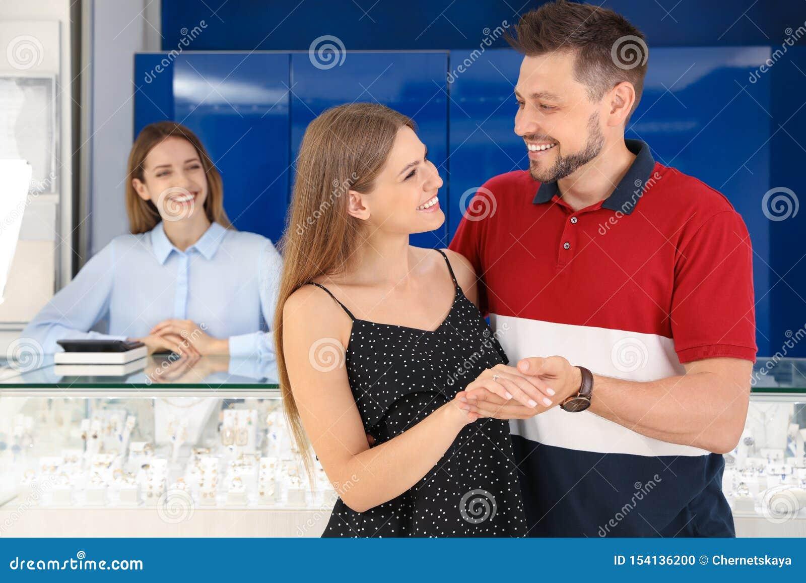 Para wybiera pierścionek zaręczynowego w biżuterii