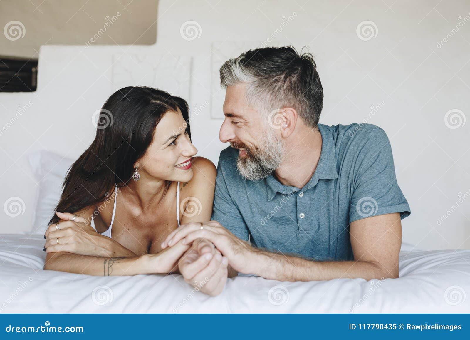 Para wydaje ich miesiąc miodowego w łóżku