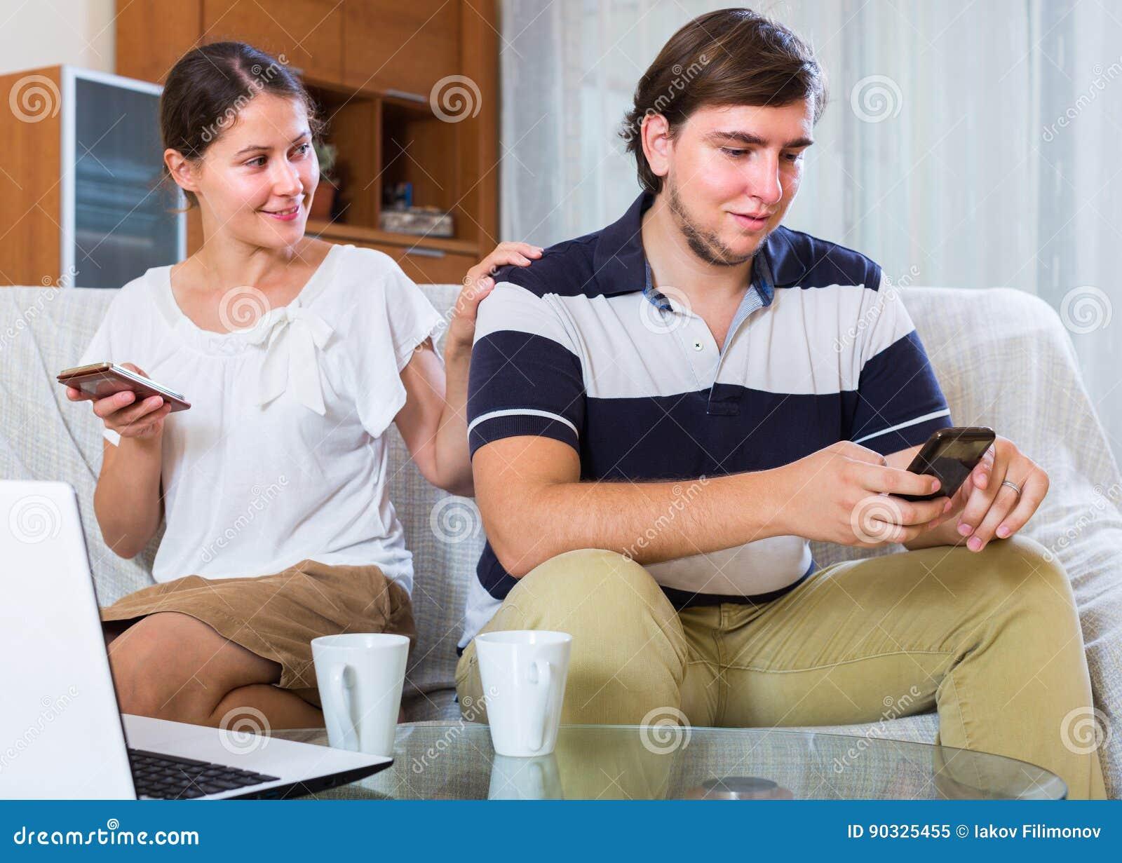 Para zakopuje w smartphones