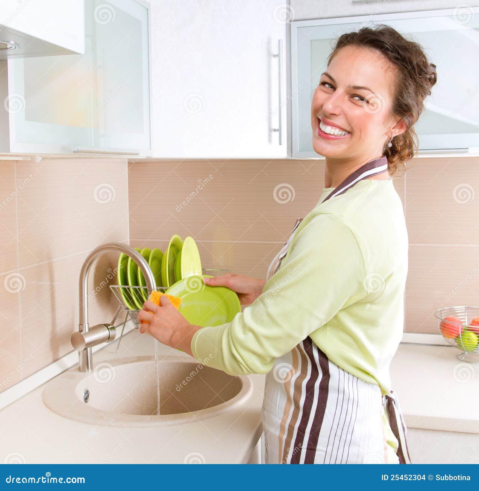 Paraboloïdes de lavage de jeune femme