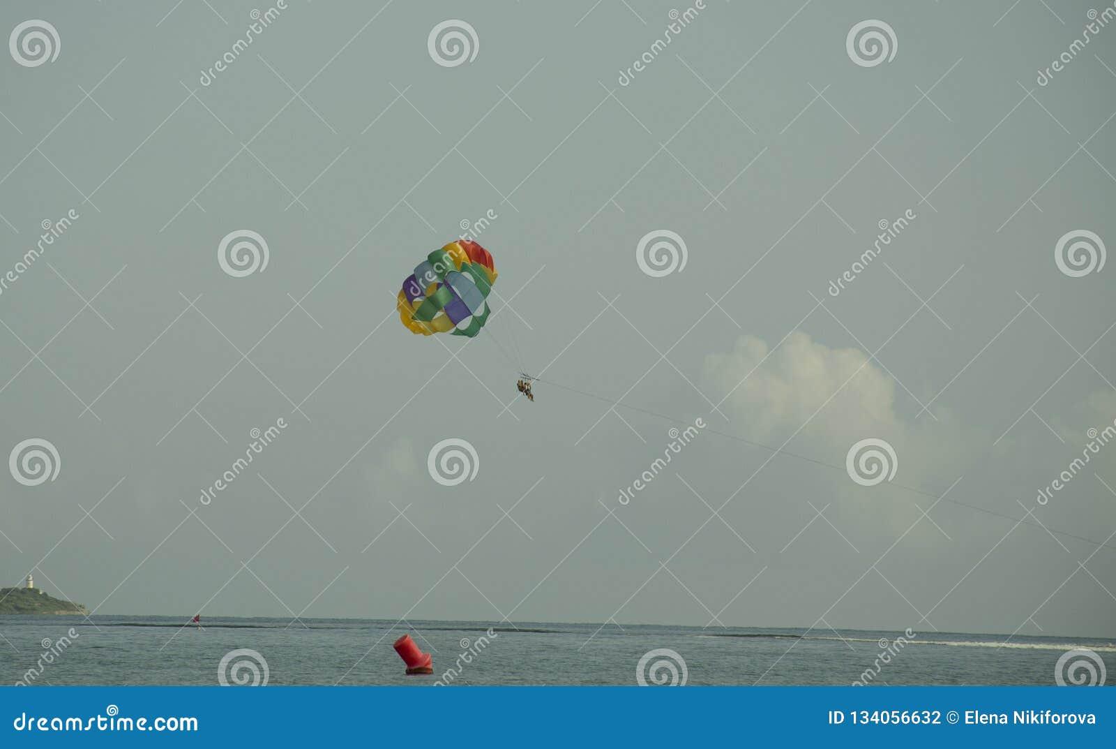 Paracaídas coloreado brillante en el cielo