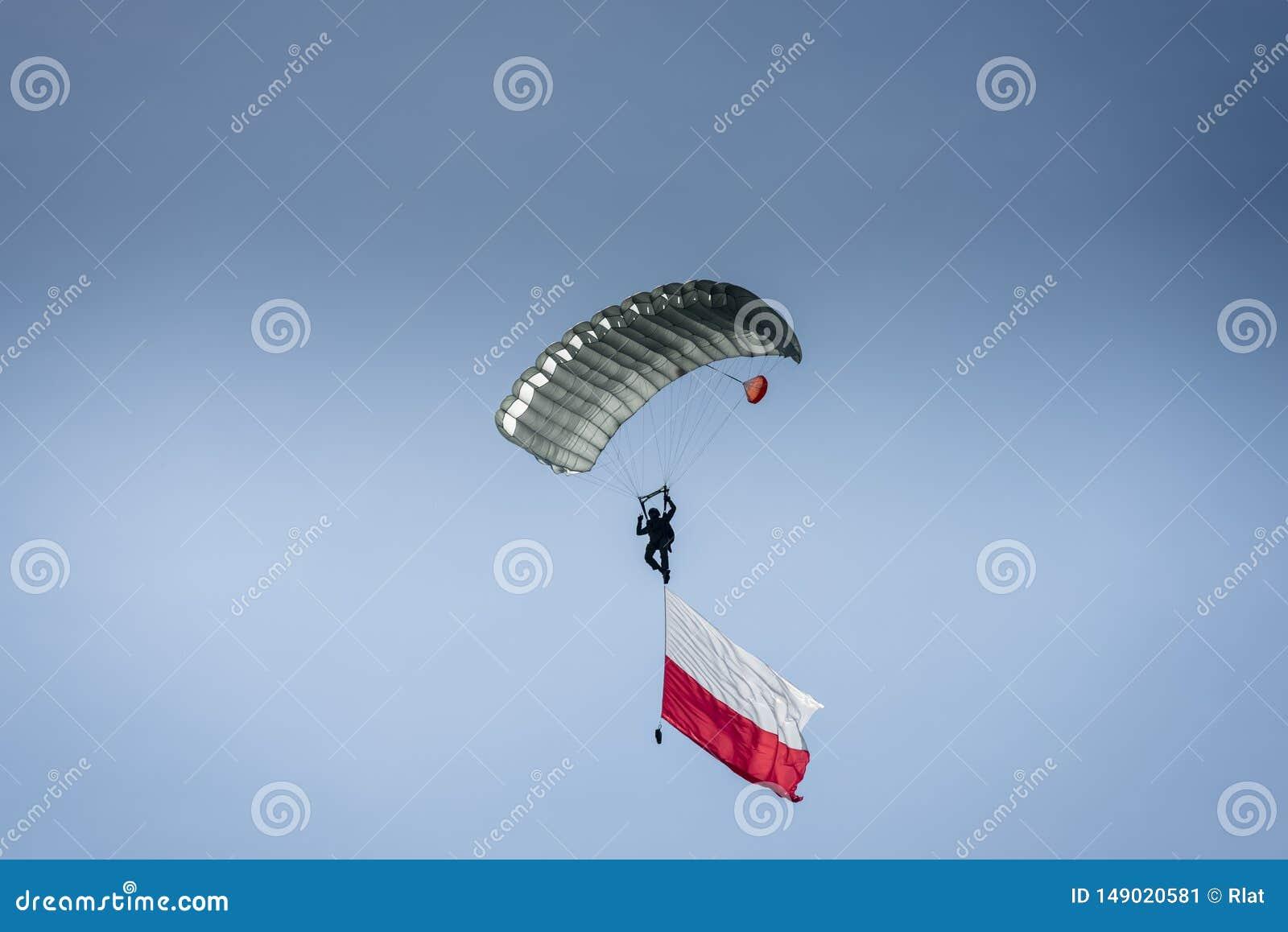 Paracaidista con la bandera polaca
