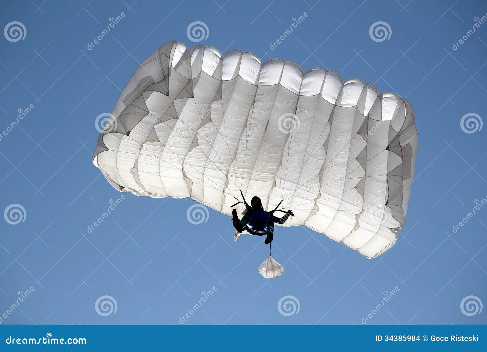Paracaidista en el cielo azul