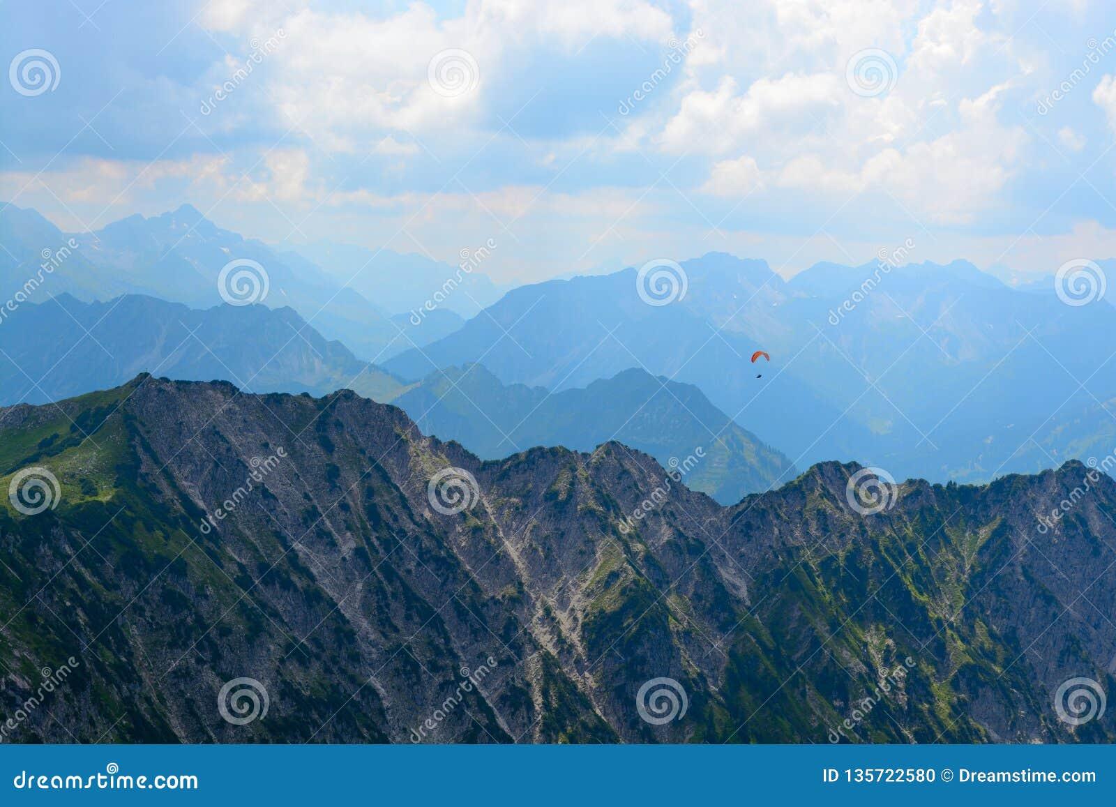 Paracaidista sobre las montañas