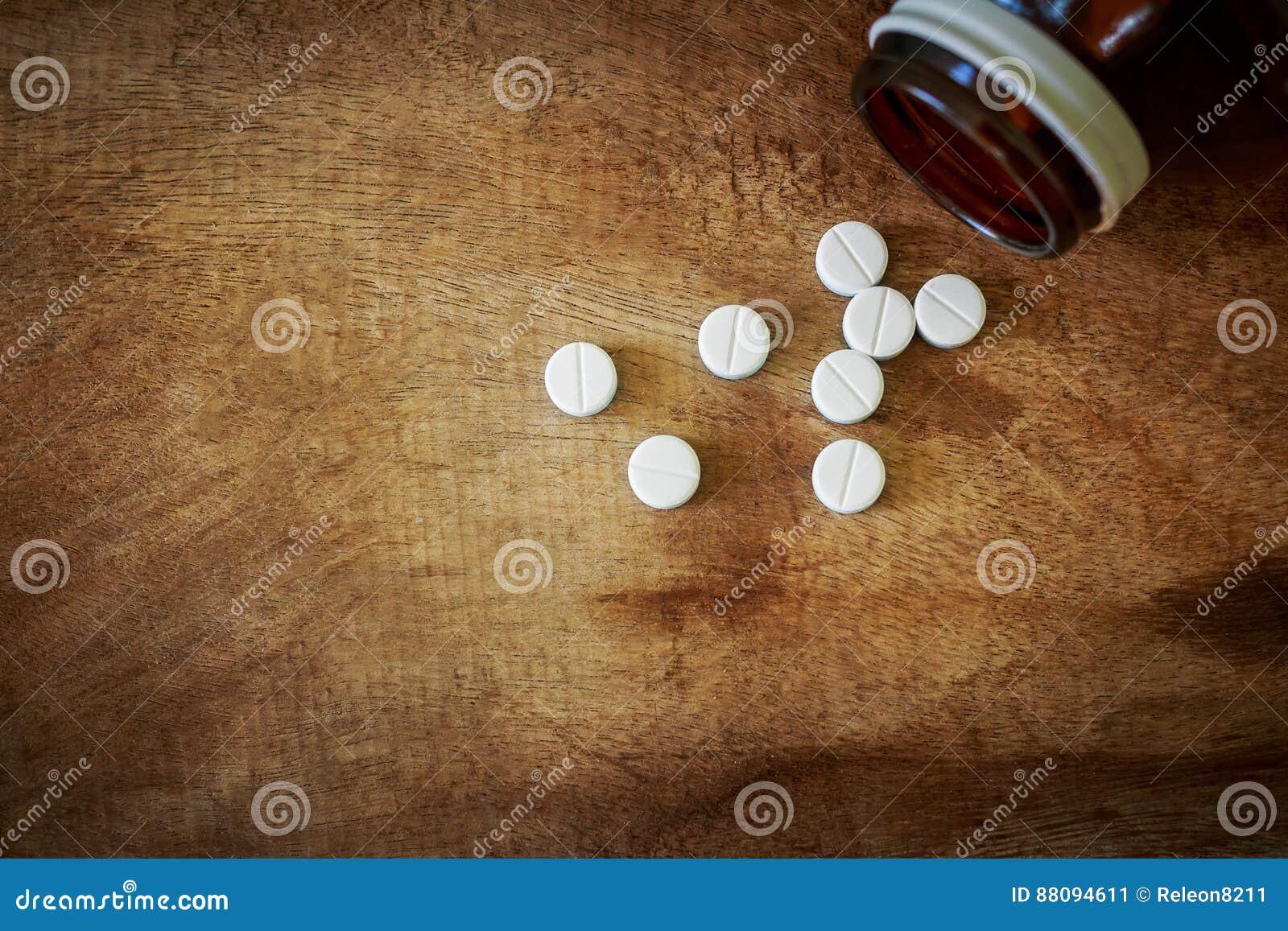 Paracetamol auf dem alten Bretterboden