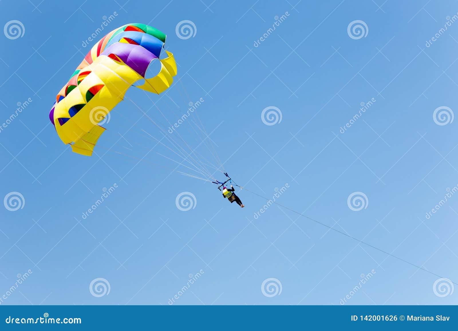 Parachutant au-dessus de la mer, parachutiste