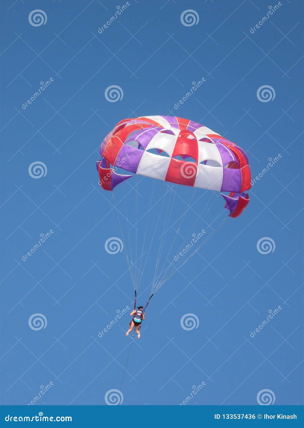 Parachute ascensionnel dans le ciel comme genre de divertissement