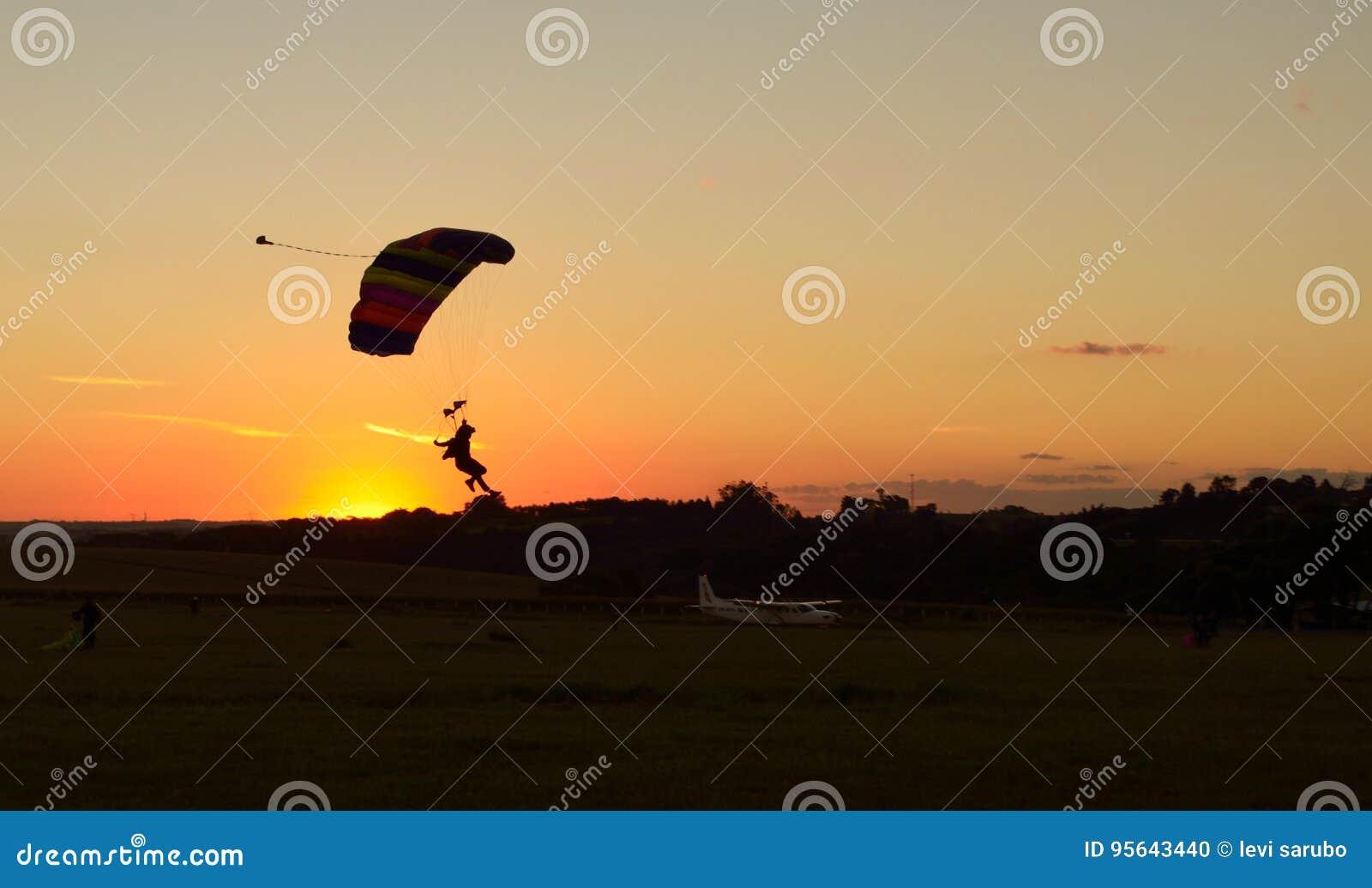 Parachute d atterrissage au coucher du soleil