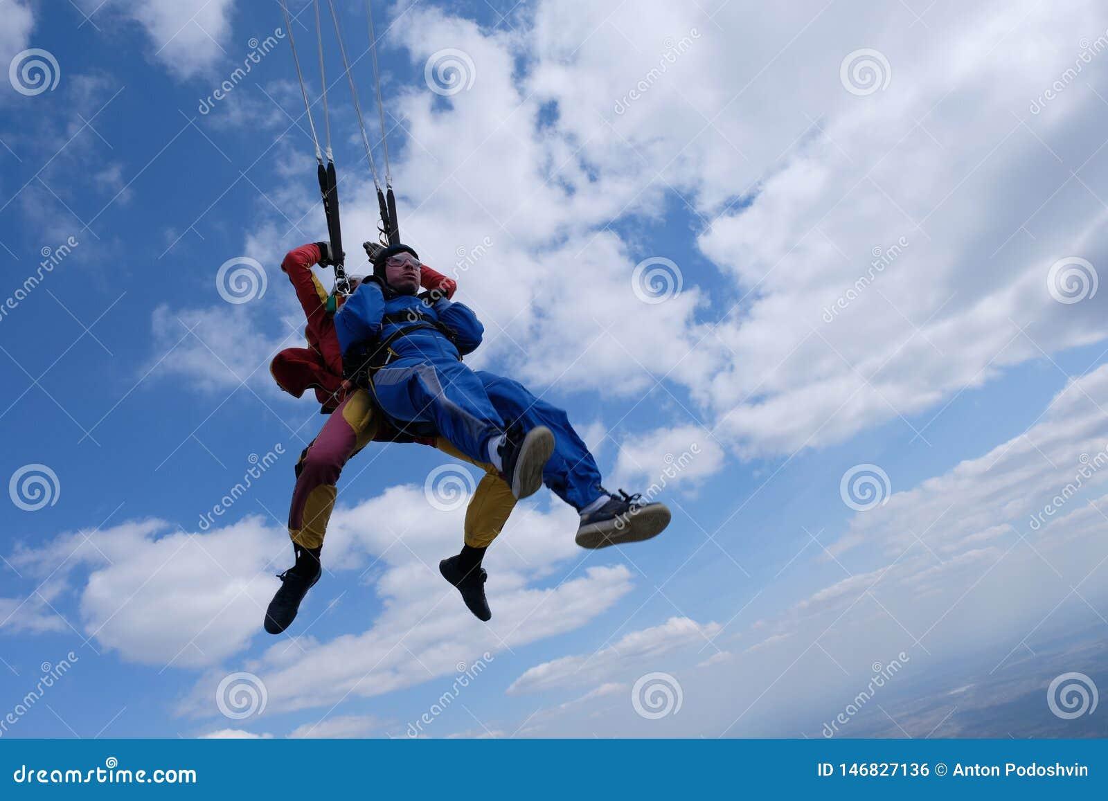 Parachutisme tandem Deux hommes forts sont dans le ciel