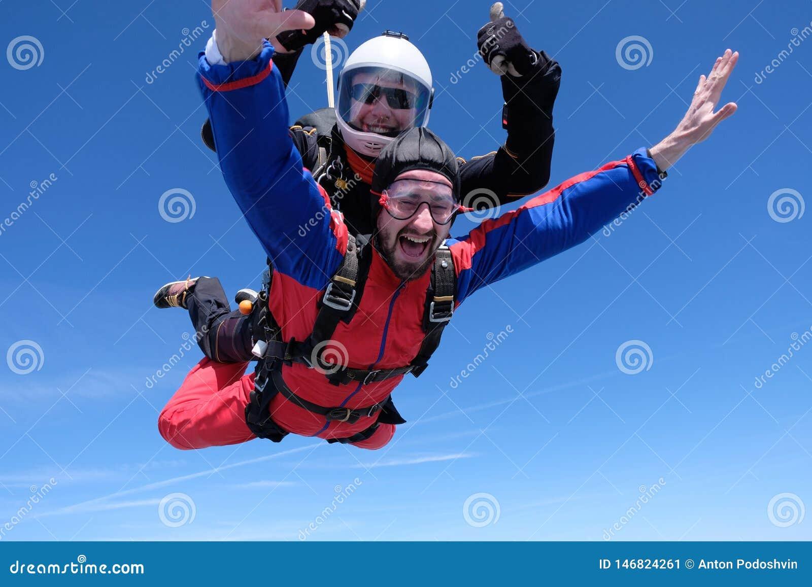 Parachutisme tandem Deux hommes heureux d?barquent