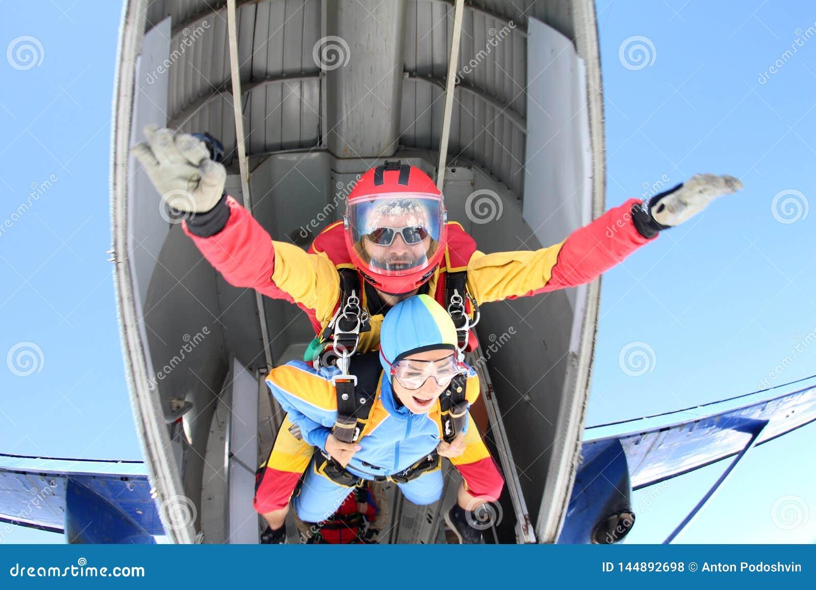 Parachutisme tandem Instructeur avec la fille sexy