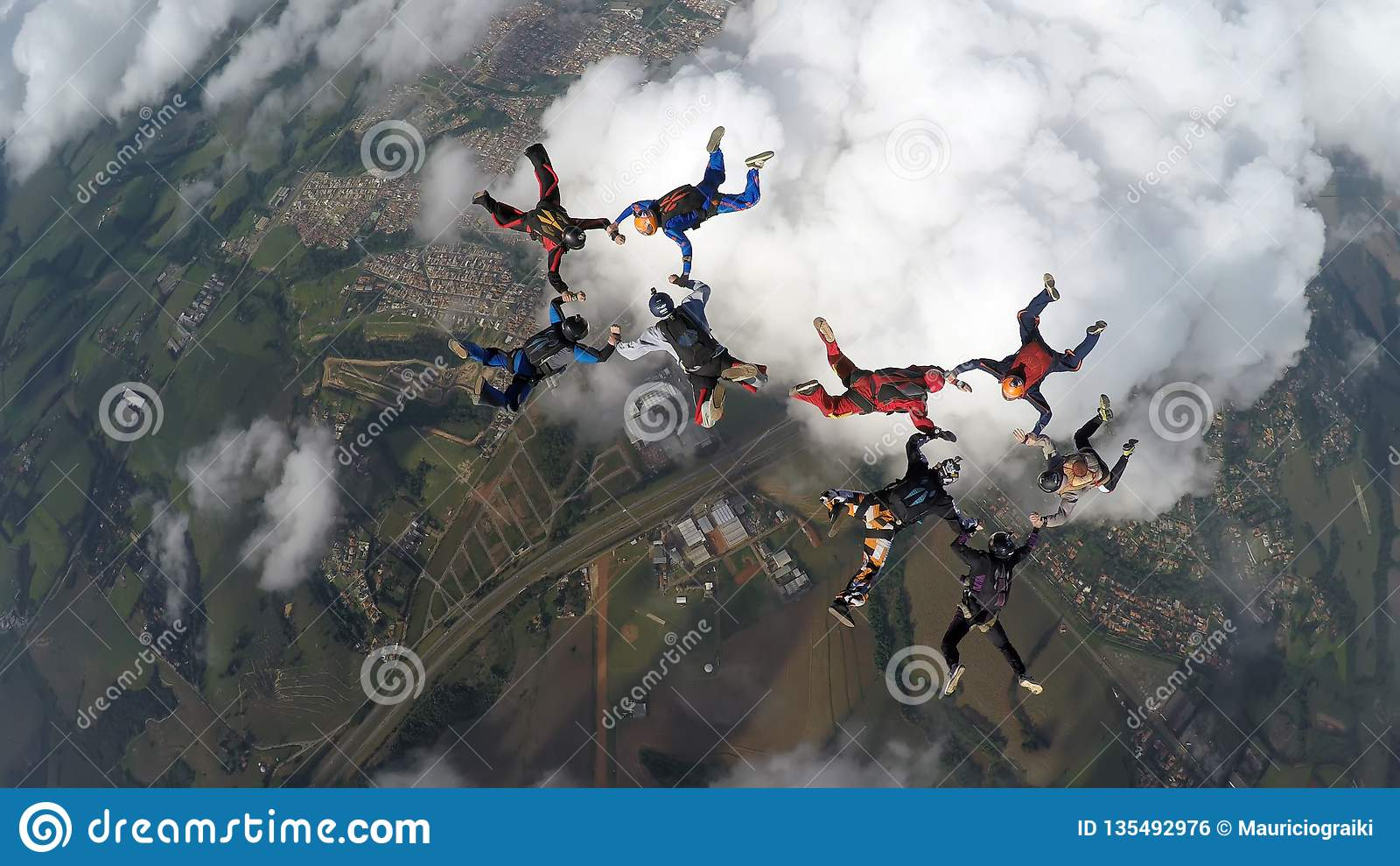 Parachutistes faisant deux cercles