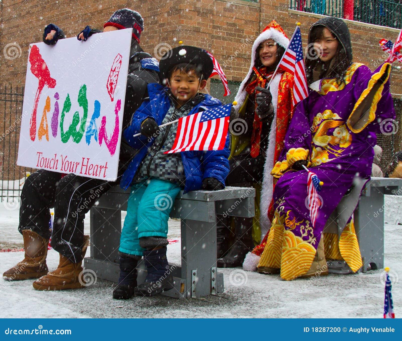 Parada chinesa do ano novo com a bandeira de ondulação da criança