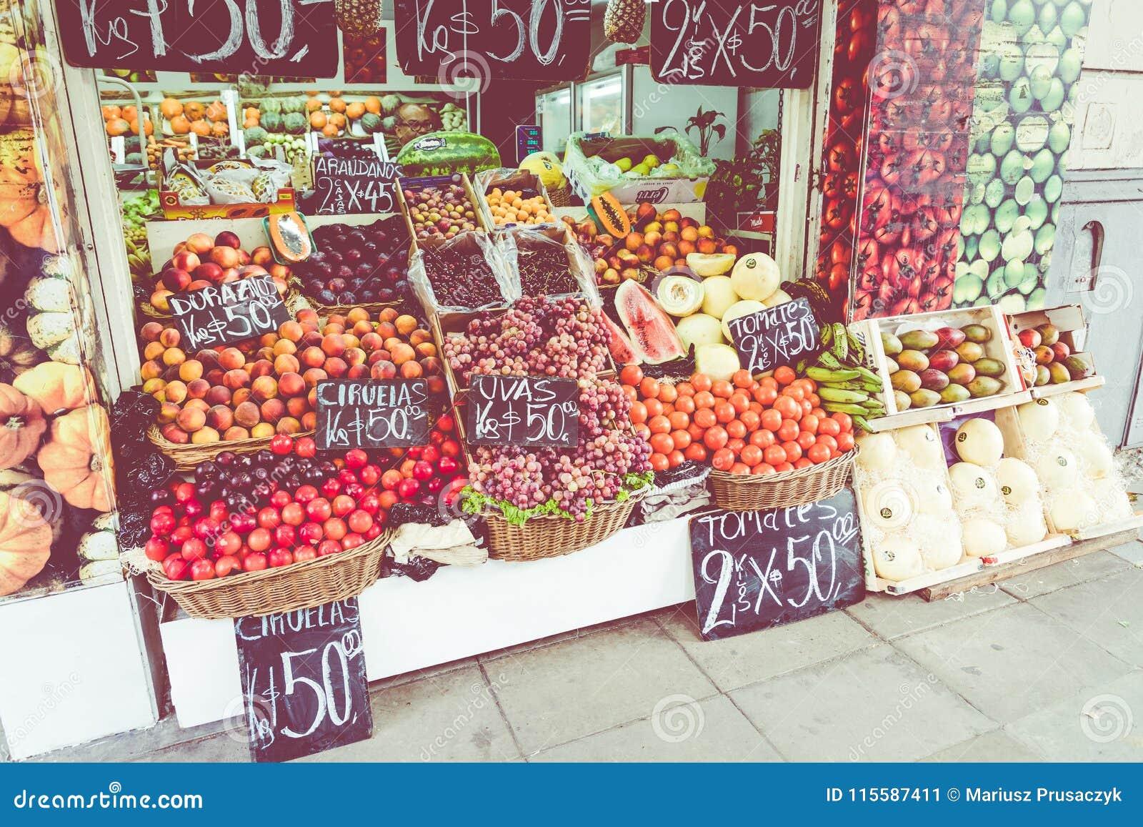 Parada colorida de la fruta y verdura en Buenos Aires, la Argentina